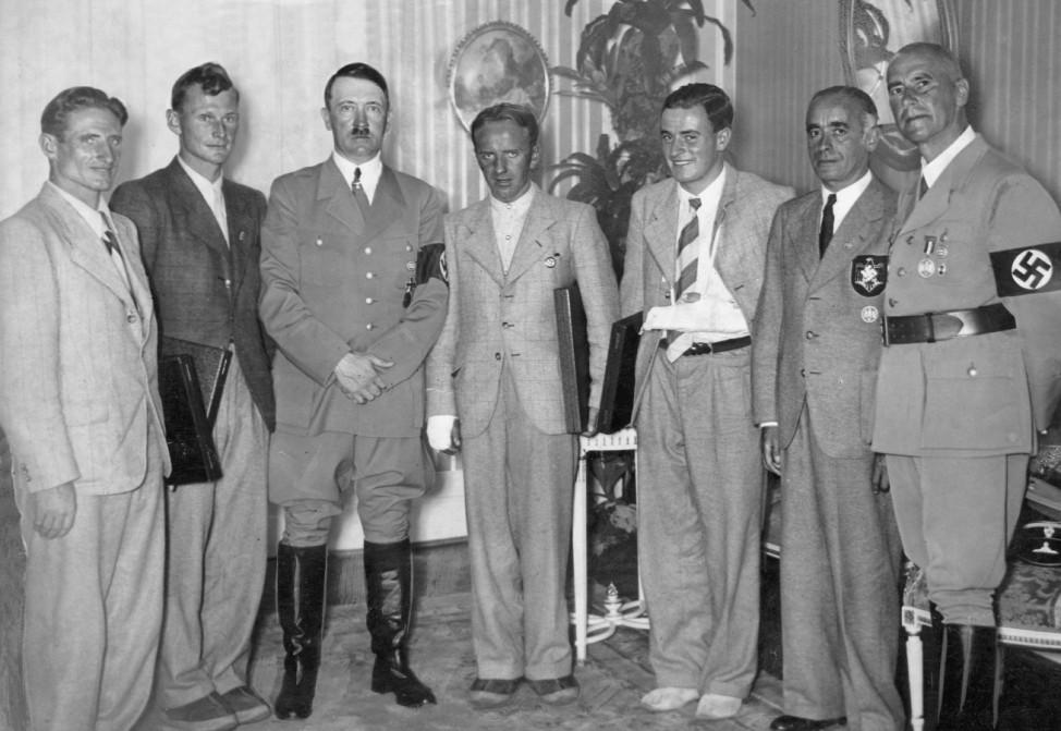 Adolf Hitler mit deutschen Bergsteigern, 1938   Adolf Hitler with German mountain climbers, 1938