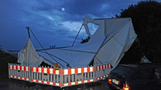 Festzelt bei Sturm eingestürzt - Vier Verletzte