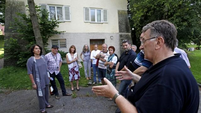 Waldram: Bürgermeister Helmut Forster (rechts) zeigt sich verstimmt: Er erklärt Sybille Krafft und Wolfgang Saal (von links), dass ihm die kleine Lösung für den Kolpingplatz ausreichend erscheint: eine Dokumentationsstätte, die von den Vereinen eingerichtet wird.