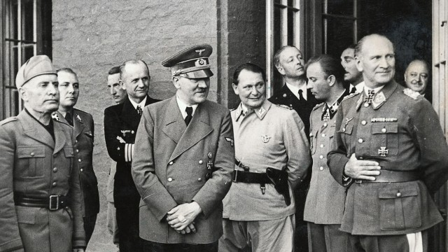 Hitler mit Mussolini und Offizieren nach dem Attentat, 20. Juli 1944 | Hitler with Mussolini and officers after the assassination attempt, 20 July 1944