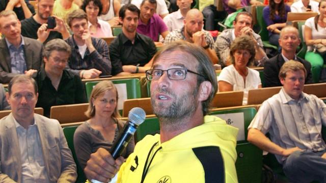 Jürgen Klopp vor Studenten an der Sporthochschule Köln