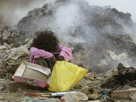 Kind auf einer Müllhalde