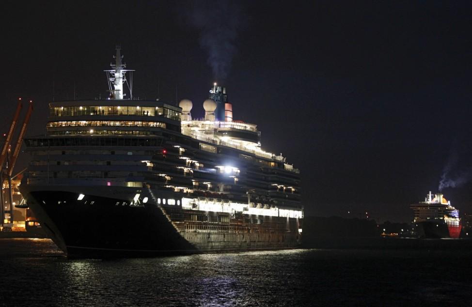 Erster Doppeleinlauf zweier 'Queen'-Luxusliner in Hamburg