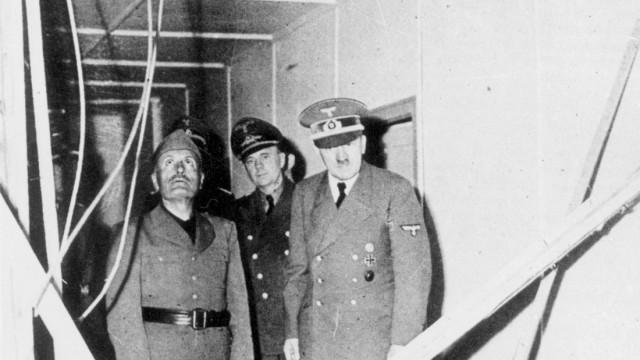Adolf Hitler zeigt Benito Mussolini die Trümmer der Baracke im Führerhauptquartier, Stauffenberg Attentat 20. Juli 944 Scherl SZ Photo
