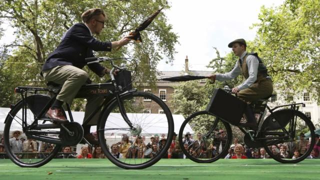 Fahrrad Fahrradfahren in London England Fahrradturnier Chaps Olympiad at Bedford Square in central London