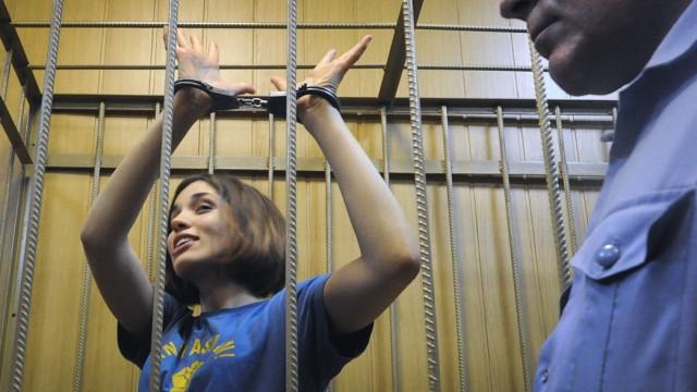 """""""Pussy Riot""""-Anwalt Mark Fejgin: Wie eine Schwerverbrecherin wird die Künstlerin Nadjeschda Tolokonnikowa, 22, vorgeführt."""