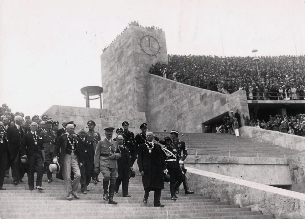 Adolf Hitler mit Offiziellen im Olympistadion, Olympische Spiele in Berlin 1936