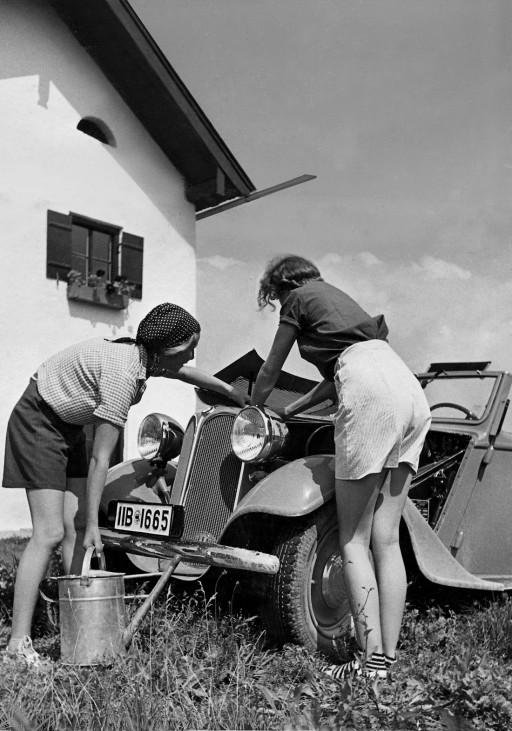 Frauen waschen ein Auto, 1935
