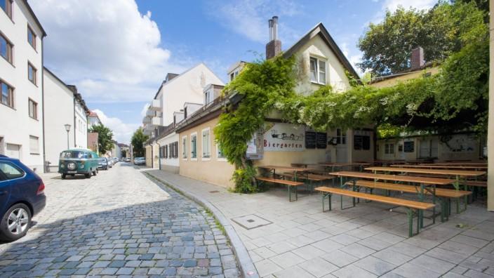 Das Lucullus in Untergiesing ist ein Grieche mit Biergarten: man kann auf der überdachten Terrasse schön draußen sitzen.