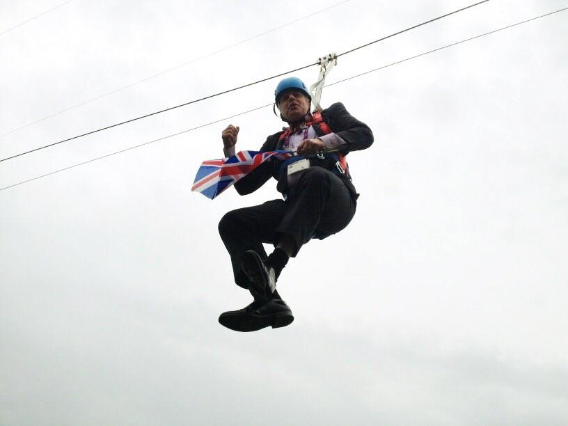 """Mit der britischen Flagge in der Hand sauste """"die blonde Gefahr"""" an einer Seilbahn hängend durch den Victoria Park neben dem Olympiagelände. Für einige Minuten fühlte sich Johnson wie James Bond, bis"""