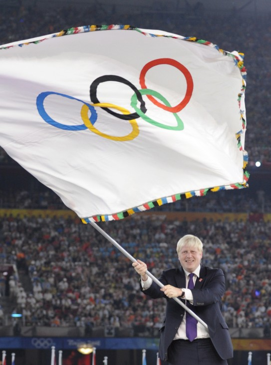 Schon als der 48-Jährige vor vier Jahren vom Pekinger Bürgermeister das Olympische Banner überreicht bekam, war die chinesische Öffentlichkeit schockiert. Mit aufgeknöpftem Jackett schwenkte Johnson d