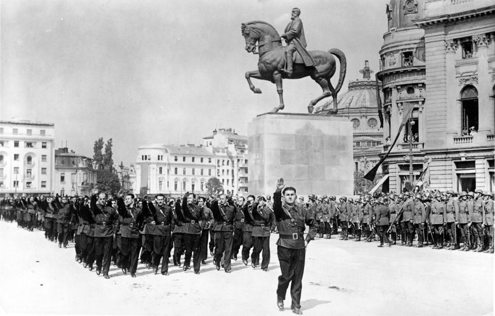 """Aufmarsch der faschistischen """"Eisernen Garde"""" in Rumänien, 1940 Scherl / SZ Photo"""