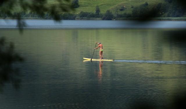 Auf dem Surfboard über den See