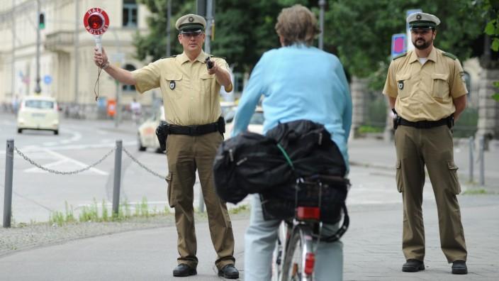 Polizist stoppt Fahrradfahrer in München, 2012