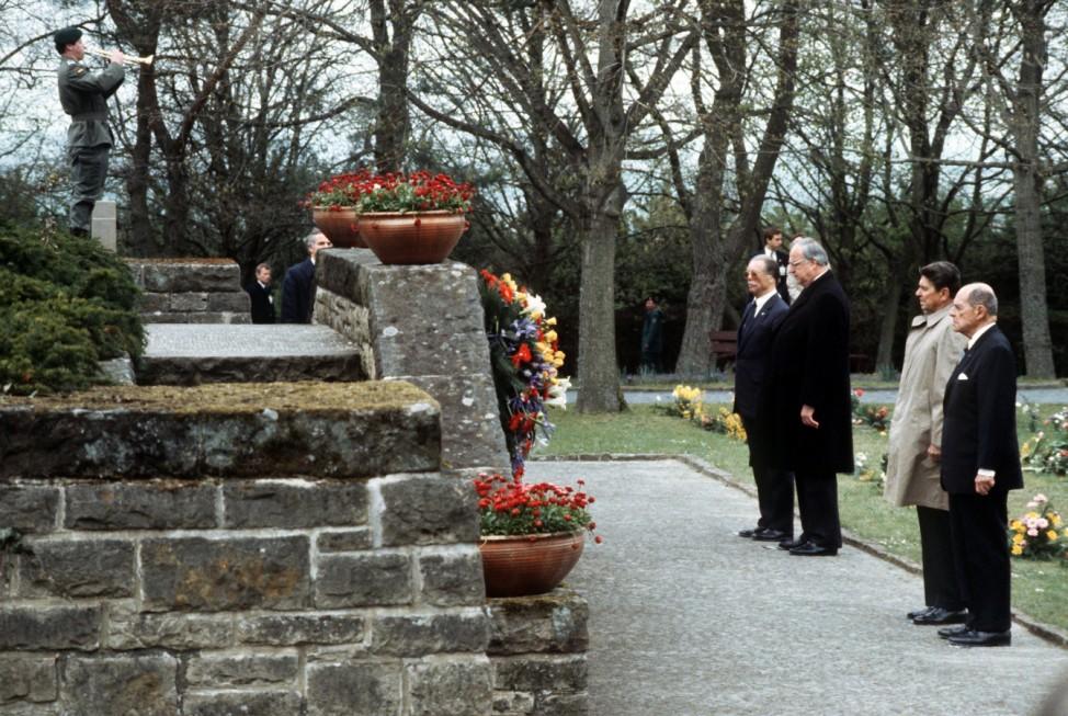 Ronald Reagan und Helmut Kohl auf Soldatenfriedhof in Bitburg, 1985