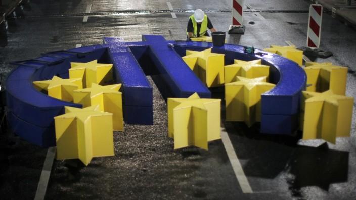 Euro-Skulptur am Flughafen Frankfurt demontiert