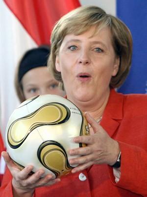 Angela Merkel WM-Ball Teamgeist