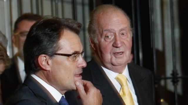 Spain's King Carlos  talks to Catalonia President Mas before take part in IV Premio Internacional Conde de Barcelona award at Monasterio de Pedralbes in Barcelona