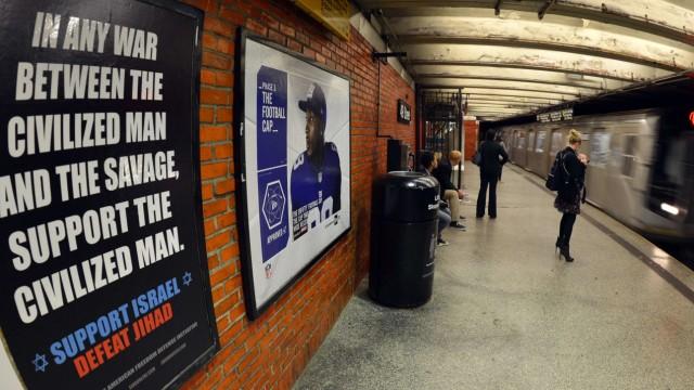 """Protest gegen antimuslimische Plakate in New York: In zehn New Yorker U-Bahnstationen hängen Plakate auf denen von """"Dschihad"""" und """"Wilden"""" zu lesen ist. Die städtische Verkehrsbehörde hatte versucht, sich gegen das Aufhängen zu wehren - ohne Erfolg."""