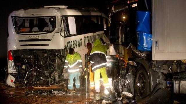 Zwei Tote bei Unfall mit Reisebus und Lastwagen