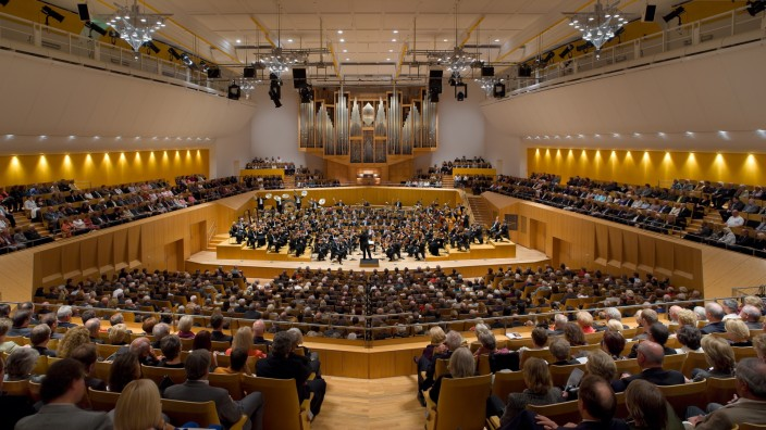 Ein Saal mit fulminanter Akustik: Enthusiasten aus aller Welt bekommen gar nicht genug von den Symphonikern und ihrem Chefdirigenten Jonathan Nott.