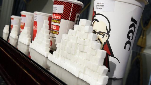 Zucker: Softgetränke enthalten viel Zucker, machen aber nicht satt. Damit steigt die Gefahr, dick zu werden.