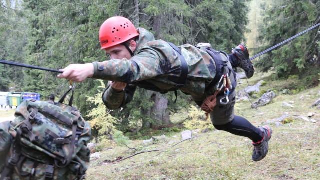 Abenteuer-Camps der Bundeswehr: Fun, Fun, Fun: Bei einem Jugendcamp der Bundeswehr auf der Reiteralm bei Berchtesgaden spielen Jugendliche freiwillig Soldat.