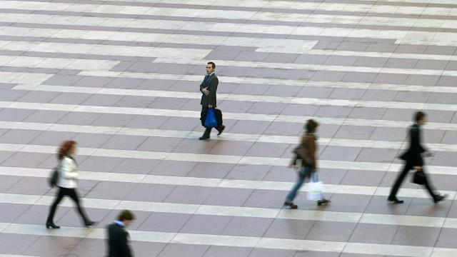 Wirtschaftskrise in Europa: Angestellte in auf dem Weg zu ihrer Arbeit in Madrid: Spanien ist das Land mit der größten sozialen Ungleichheit Europas - die Mittelschicht wird immer kleiner.