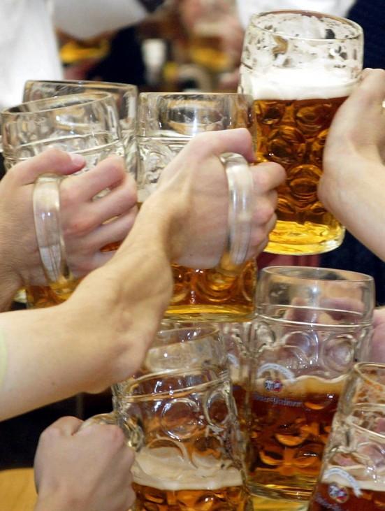 Forderung nach generellem Alkoholverbot fuer unter 18-Jaehrige