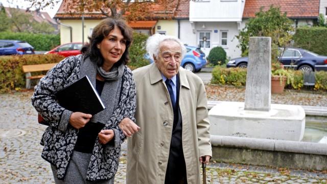 Zeitzeugengespräch: Bürger fürs Badehaus Waldram-Föhrenwald: Die Vorsitzende Sybille Krafft begrüßt den Auschwitz-Überlebenden Max Mannheimer am historischen Ort.