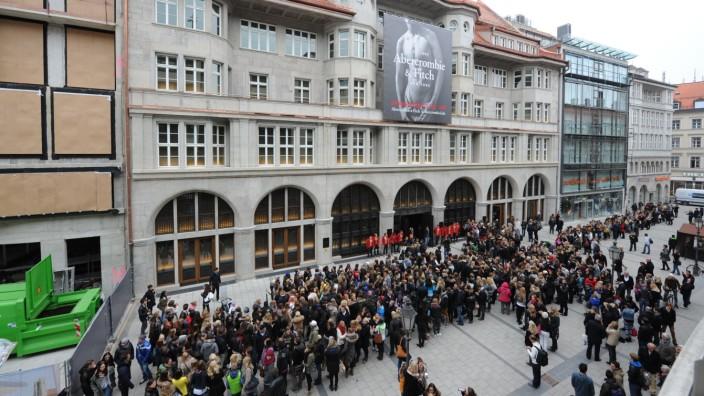 Münchner City: Spektakuläre Neueröffnung in der Sendlinger Straße: Als das amerikanische Label Abercrombie seinen Laden eröffnete, waren die Schlangen vor der Tür lang.
