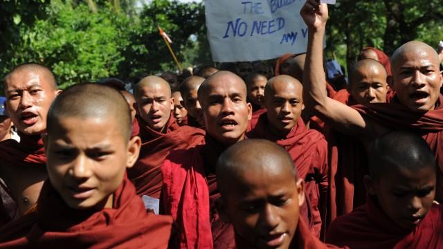Ethnische Unruhen in Myanmar: Buddhistische Mönche protestieren in Myanmar gegen muslimische Rohingyas. Bei Ausschreitungen zwischen Buddhisten und Muslimen kamen mindestens 67 Menschen ums Leben.
