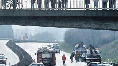 Umgang mit Gaffern: Neugier ist angeboren - doch bei Unfällen wie hier auf der A 96 bei Auenhofen können Schaulustige zum Problem werden.