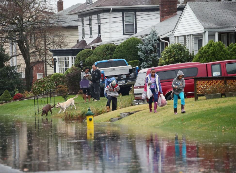 Hurrikan Sandy hat Straßen in Freeport, New York, unter Wasser gesetzt