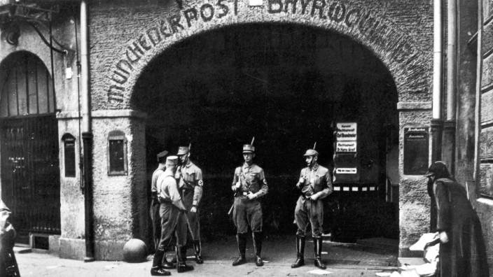 SA-Männer vor dem Redaktionsgebäude der Münchener Post während der Machtergreifung 1933