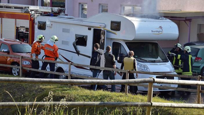 Feuerwehrleute und Polizisten in Eisenach vor Wohnmobil der NSU-Terroristen Uwe Mundlos und Böhnhardt