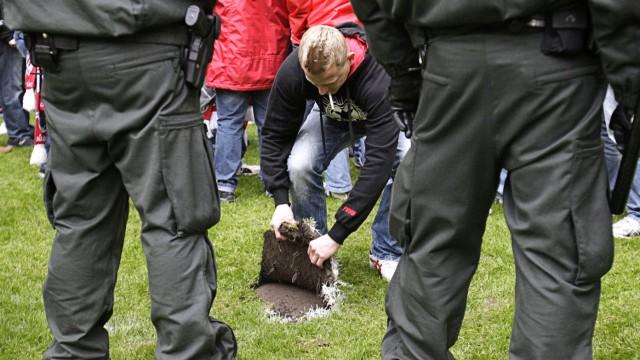 Fußball-Bundesliga: Chaotische Zustände: Fans von Fortuna Düsseldorf sicherten sich Rasenstücke - manche noch während des Spiels.