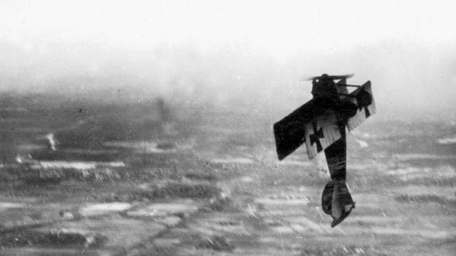 Deutsches Jagdflugzeug im Looping, 1918