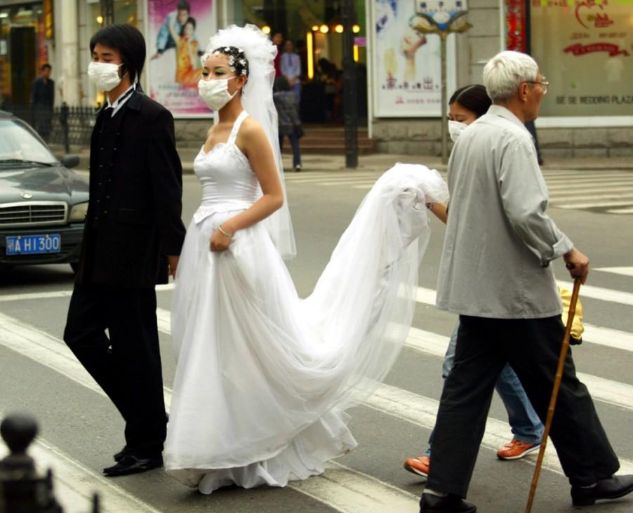 Frisch vermähltes Paar in Wuhan schützt sich gegen eine Ansteckung mit SARS, 2003