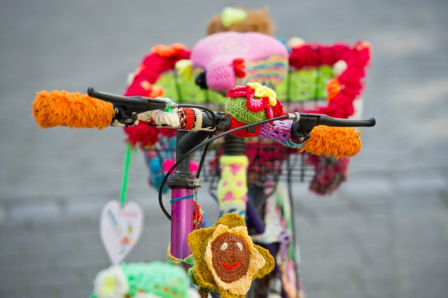 Bunt bestricktes Fahrrad