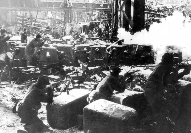 Sowjetische Soldaten kämpfen in Werkshallen um Stalingrad, 1942