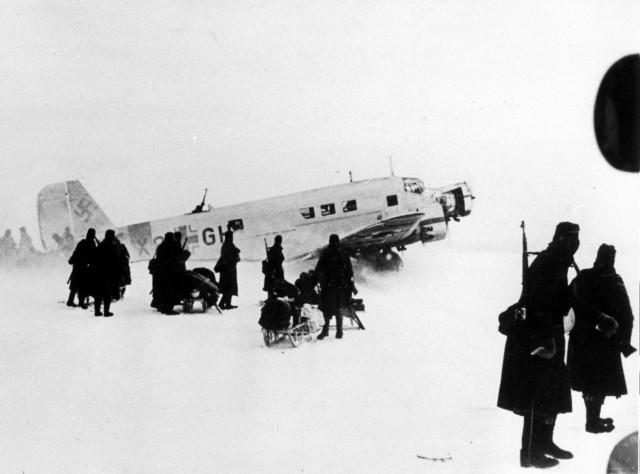 Deutsches Transportflugzeug auf einem Flugfeld bei Stalingrad, 1942