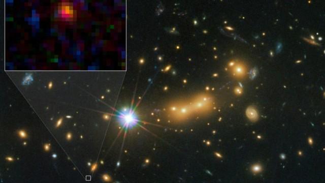 Die Galaxie MACS0647-JD konnte von den Astronomen nur entdeckt werden, weil ihr Licht durch andere Galaxien gebeugt und wie von einer Linse konzentriert wird.