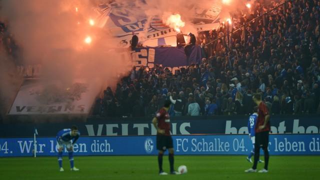 Bengalo-Zündeleien bei Schalke 04: Zündeleien auf den Rängen, hier beim Spiel Schalke gegen Frankfurt.