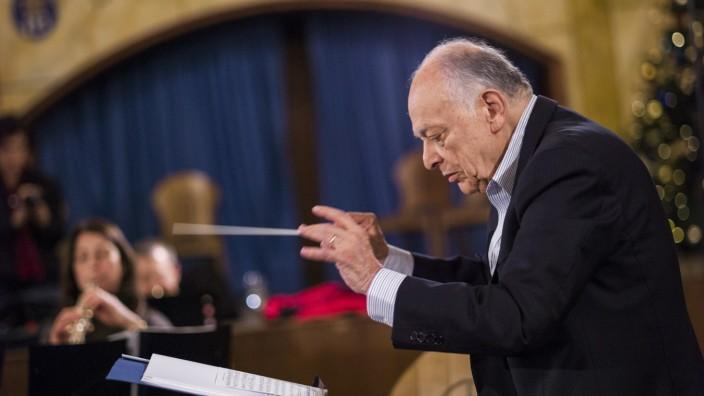 Blechbläser Hofbräuhaus Chefdirigent Lorin Maazel dirigiert die Blechbläser der Münchner Philharmoniker während der Aufnahmen für eine CD im Festsaal des Hofbräuhauses.