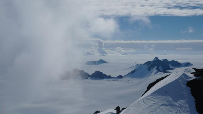 Sommerwolken über dem Staccato Peaks auf Alexander Island, Antarktis.