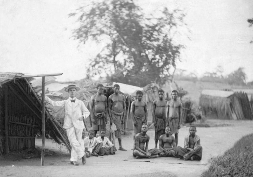 Europäer in einem Dorf im Kongo