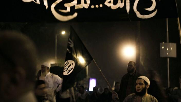 Verfassungsgericht in Ägypten: Die Angstgegner der Verfassungsrichter: Demonstranten mit islamistischen Bannern am Samstag.