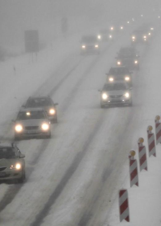 Schnee und Eis behindern Verkehr