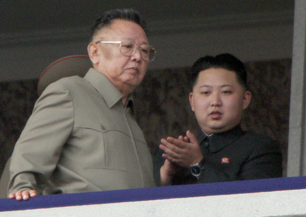 Nordkoreas Machthaber nimmt mit Sohn Parade ab